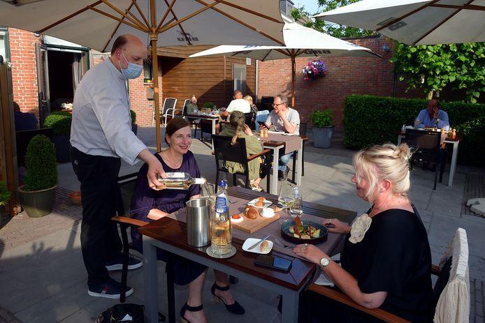 Maarten Ivens serveert zelf zijn gasten op het terras van De Heerlyckheyt in Essen.