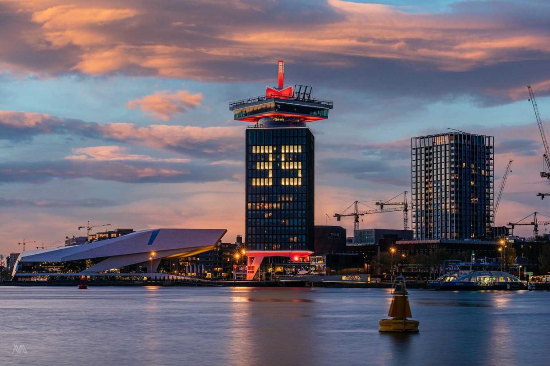 De A'DAM toren feliciteert Ajax met 35e landstitel. Beeld Michel Swart