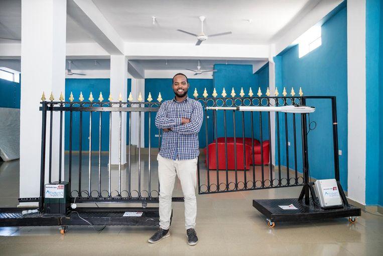 Ilyas Hersi: 'Ik zag nergens een automatisch bedienbaar hek, terwijl er hier overal beveiliging is. Nu heb ik Amaan Systems, de president was een van de eerste klanten.' Beeld null