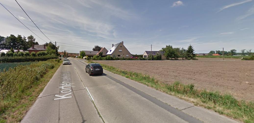 Het huidige fietspad tussen Torhout en Kortemark is eigenlijk een schande: het ligt er krakkemikkig bij en is totaal niet veilig gescheiden van het autoverkeer.