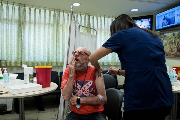 In Israël kunnen mensen met een verzwakt immuunsysteem en inwoners boven de 60 jaar al een extra 'boostershot' halen. Beeld Getty Images
