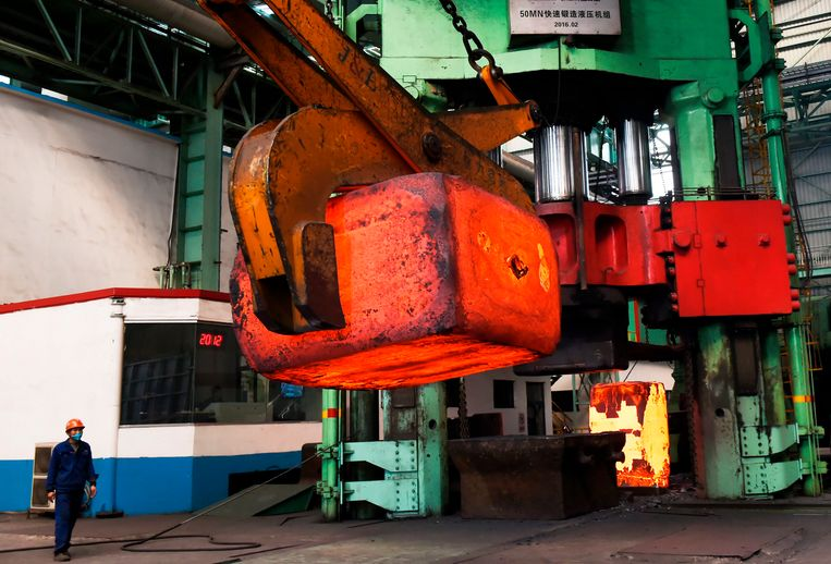 Een arbeider ziet toe op de transport van een brok heet staal. Afwachten of de handelsoorlog van president Donald Trump koelt zonder blazen.   Beeld AFP