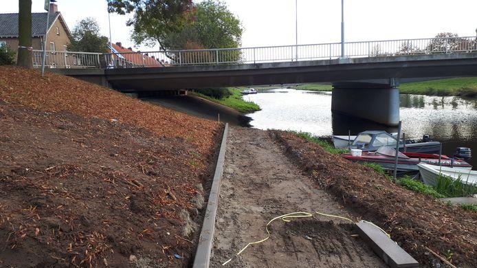Hoe het pad onder de brug door gaat, is nog in onderzoek. Er wordt onder meer gesproken over stukken drijvend pad.