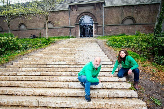 Ecologe Lies König en Ben Nijssen bij de kale trappen.