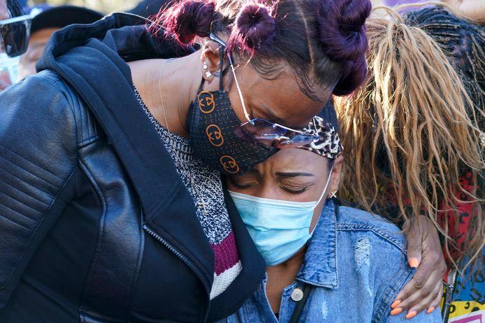 Tashera Simmons, l'ex-femme du rappeur DMX, et sa fiancée, Desiree Lindstrom, photographiée le 5 avril dernier lors d'une veillée devant le White Plains Hospital (New York), où avait été hospitalisé le rappeur après sa crise cardiaque.