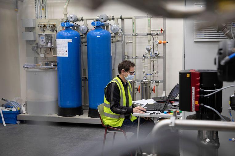 Kraanwater wordt in deze nieuwe unit omgezet naar nog schoner water, voor gebruik in farmaceutische producten.  Beeld Ton Toemen