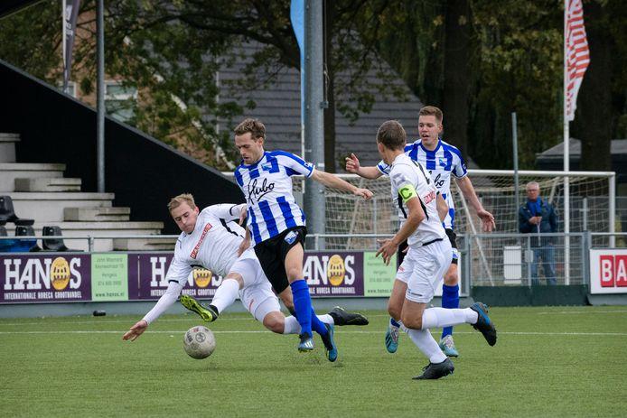 Beeld uit de Hengelose derby ATC'65 - BWO. Het is nog niet bekend of amateurclubs dit seizoen nog in actie komen in de Regio Cup.
