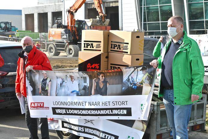 De vakbonden brachtende  loonnormwet symbolisch naar het stort.