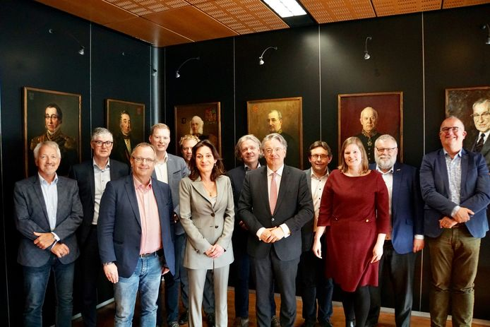 Een afvaardiging van de Geldrop-Mierlose gemeenteraad met de nieuwe (waarnemend) burgemeester links naast Commissaris van de Koning Wim van de Donk (vooraan in het midden)