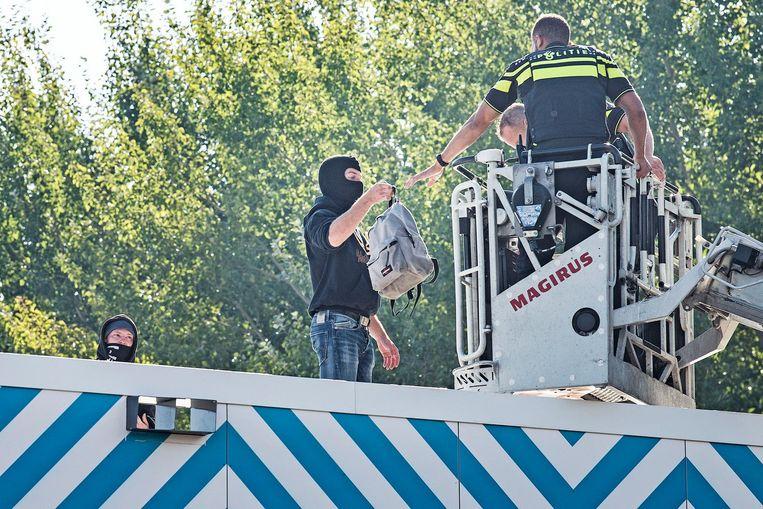 De actievoerders geven zich zonder verzet over Beeld Guus Dubbelman / de Volkskrant