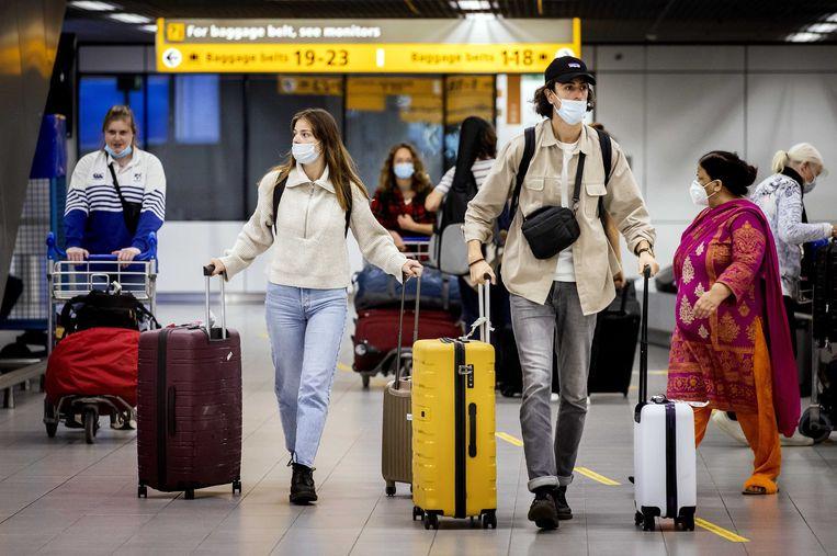 Reizigers met mondkapjes op luchthaven Schiphol, augustus vorig jaar. Beeld ANP
