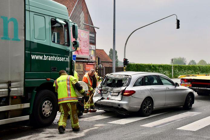 De klap was bijzonder hevig, de achterkant van de Mercedes werd vernield.