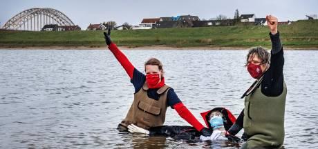 Universiteit protesteert bij Spiegelwaal: het water staat letterlijk en figuurlijk tot aan de lippen