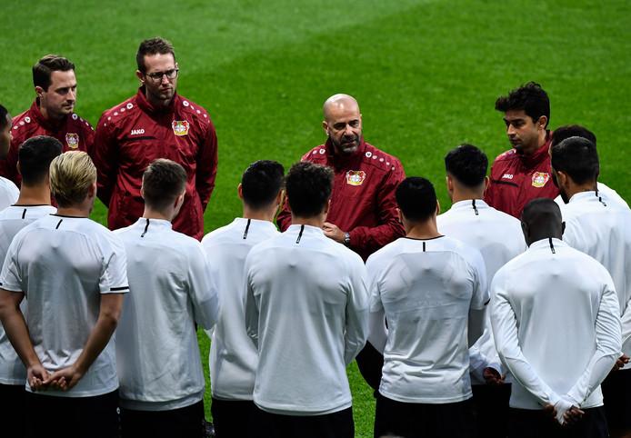 Peter Bosz tijdens de training gisteravond van Bayer Leverkusen in Madrid.