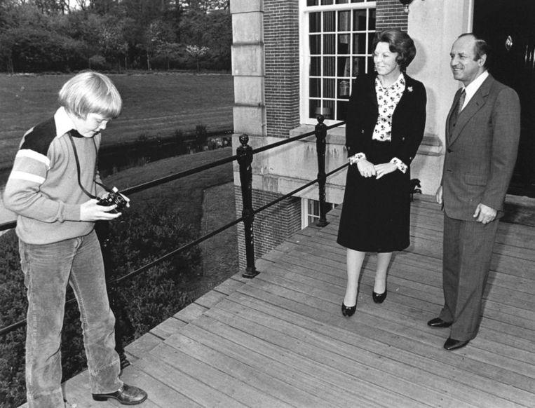 Beeld Een op dat moment kersverse koningin Beatrix en zoon Willem-Alexander bij kasteel Drakensteyn.