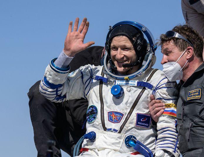 Le cosmonaute Sergey Kud-Sverchkov,  aidé à sortir du vaisseau spatial Soyouz MS-17.