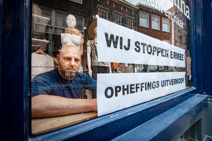 Alexander Bruijnes stopt met zijn modezaak John en Nina in Zutphen. De winkel bestond bijna 45 jaar.