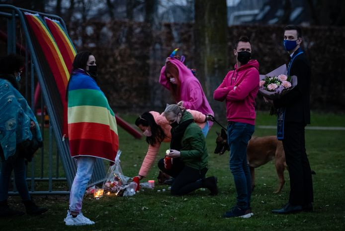 Mensen komen samen om hun steun te betuigen na de moord op David.