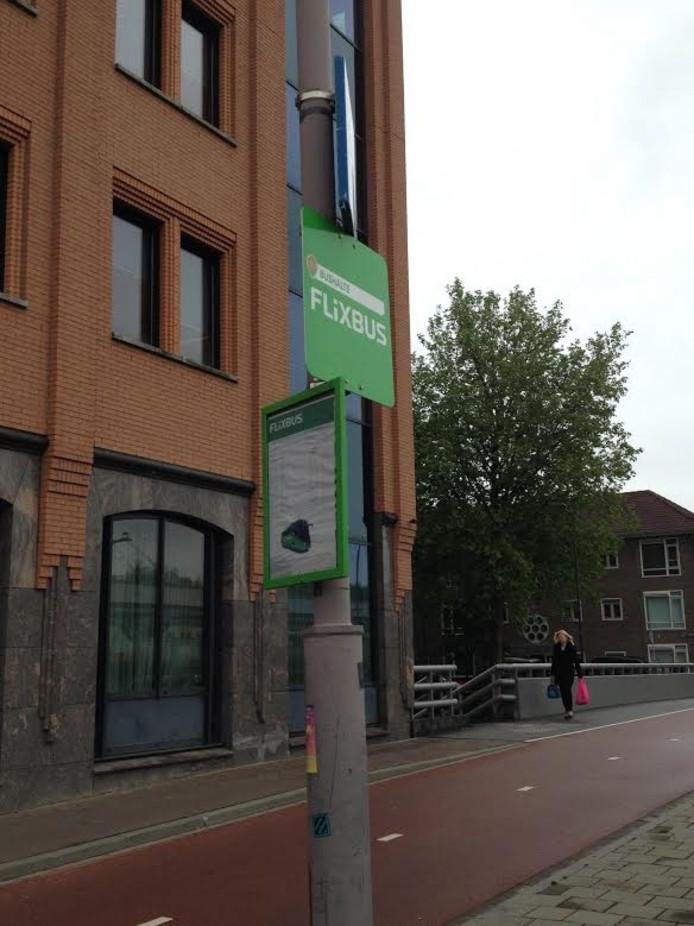 De halte van Flixbus, met vertrektijden naar Rotterdam. Deze lijn is inmiddels opgeheven.