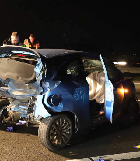 Gewonden bij zware aanrijding op A15, snelweg langdurig dicht