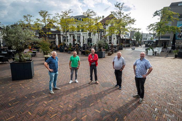 De Vrienden van de Hobbelende Geit, midden op het Horecaplein, waar als het aan hen ligt de bijzondere en antieke draaimolen in de zomer permanent zou moeten staan. Vlnr Toon van Dijk (voorzitter),  Rob Pieters (lid), Hans Fabrie (eigenaar van 'De Geit'),  Martien Geeven (lid) en Noud Verstappen (penningmeester).