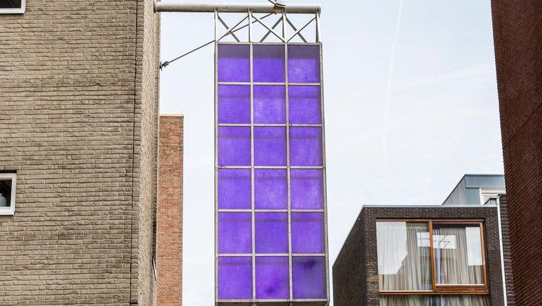 In de violette panelen zijn duidelijk de kwaststreken van de kunstenaar te zien Beeld Tammy van Nerum