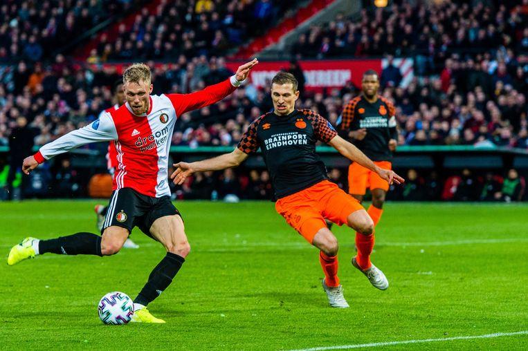 Feyenoord-spits Nicolai Jørgensen schiet op doel, PSV-verdediger Daniel Schwaab is te laat. Beeld Photo News