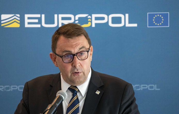 Jean-Philippe Lecouffe, directeur adjoint des opérations d'Europol, lors de la conférence de presse d'Europol sur la plus grande action policière et judiciaire internationale contre le crime organisé à ce jour.