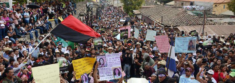 De doodskist van Berta Caceres wordt gedragen door een massa mensen. Beeld AFP