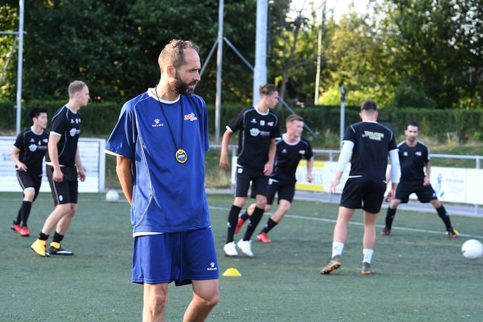 Trainer Ferdi Akankan tijdens een training van zijn JVC.