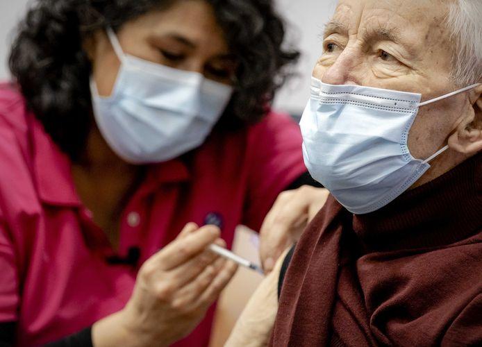 De GGD is vandaag begonnen met het vaccineren van de eerste mobiele, thuiswonende 90-plussers.