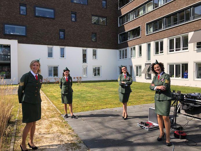 Het dameskwartet Double2 verzorgde zaterdagmiddag een verrassingsoptreden in de tuin van De Molenkamp in Oldenzaal.