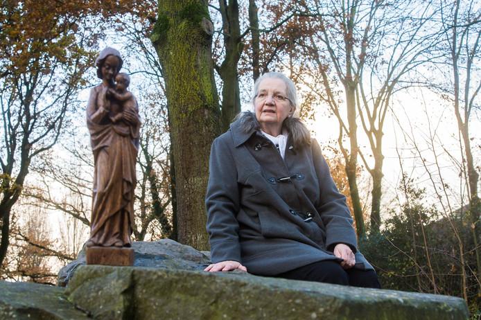 Francette van Oosterhout met een Mariabeeld van de overledene.