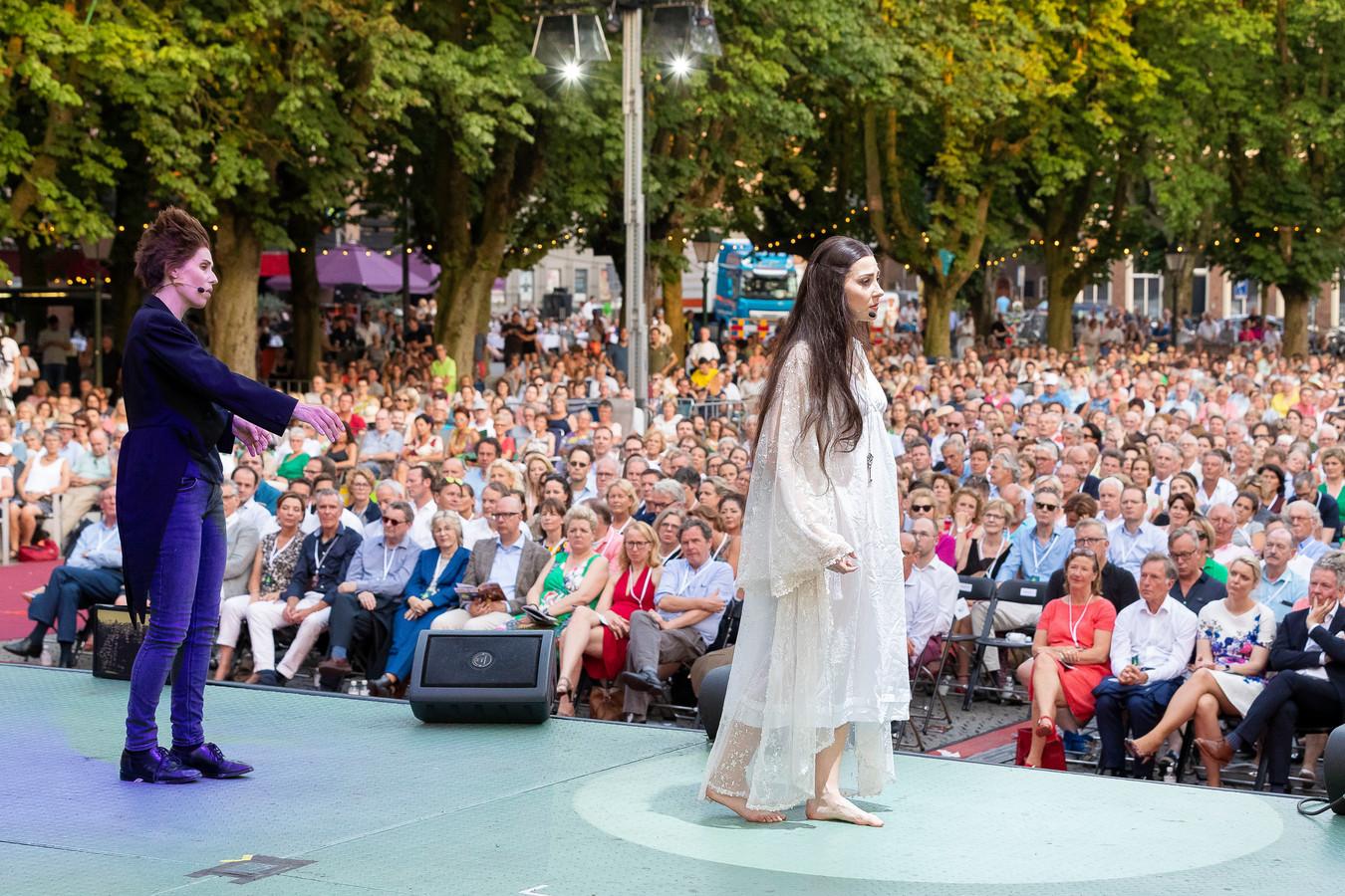 Opera op de Parade in 2019. De organisatie heeft klapstoelen bij het podium gezet. Dit jaar moet worden gereserveerd voor vaste plaatsen.