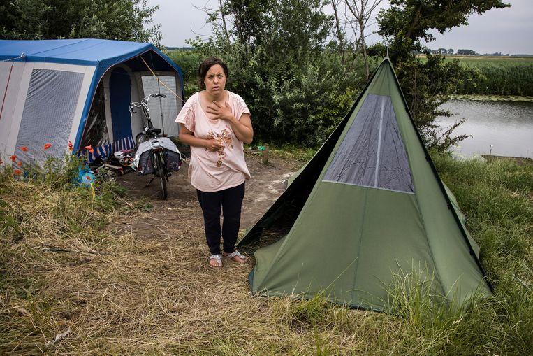 Fleur tussen hun twee tenten.  Beeld Arie Kievit