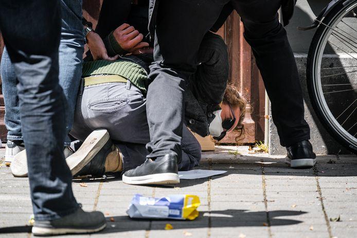 Filmmaker Jasper van den Elshout wordt op de Bossche Parade door beveiligers van  Thierry Baudet twintig minuten hardhandig aangepakt.