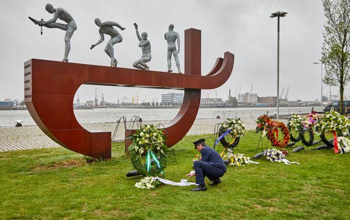 Herdenking van het slavernijverleden bij het Rotterdamse Slavernijmonument in 2020. Den Haag krijgt in 2023 zijn eigen  slavernijmonument. 'Daar hebben wij mee ingestemd', zegt  VVD-fractieleider Frans de Graaf.