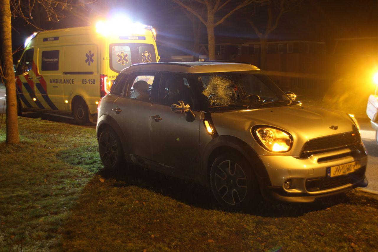 Auto na ongeluk met wielrenner op de Almelosestraat in Wierden