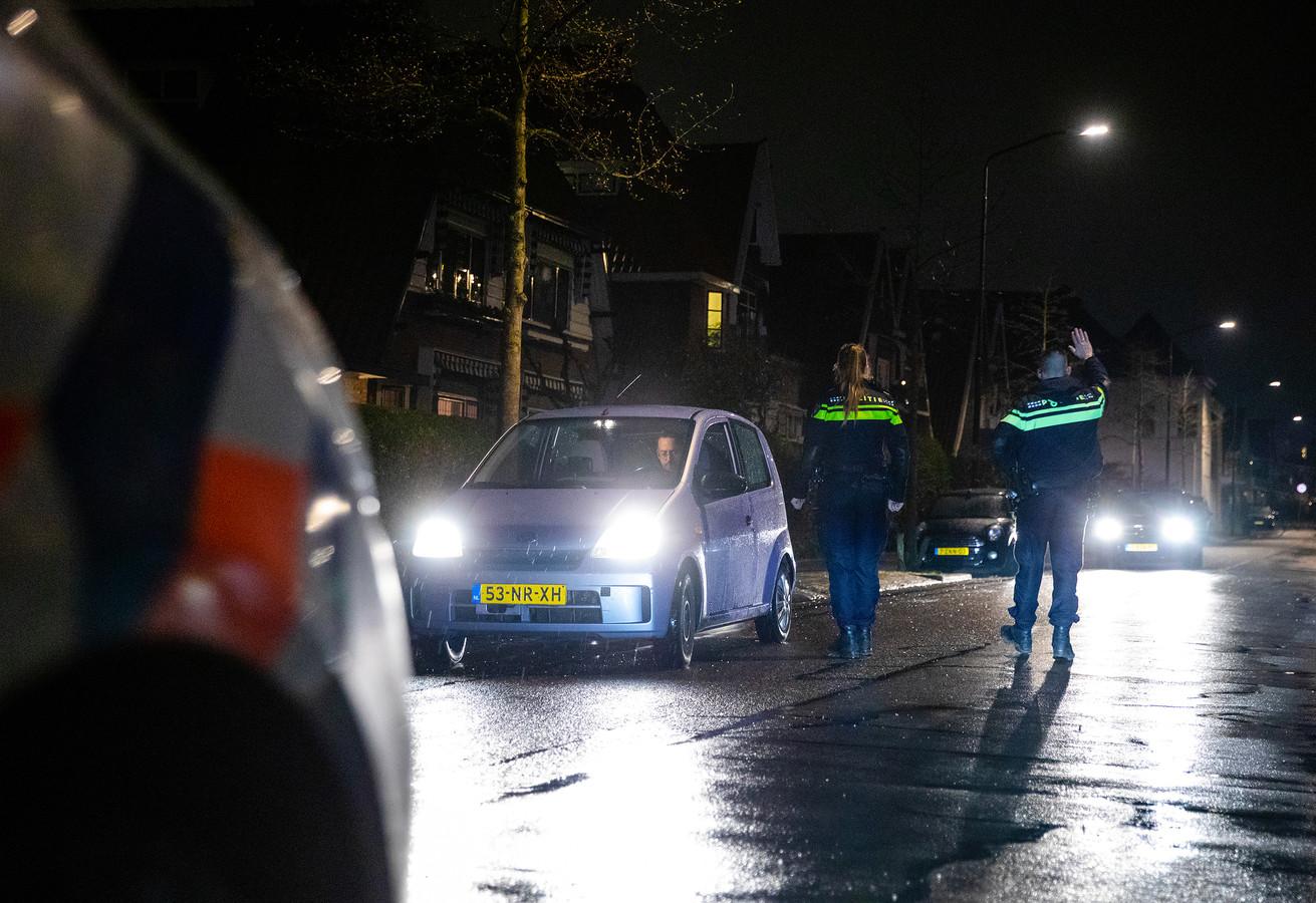 Op verschillende plekken in Dordrecht werd zaterdag tussen 21.00 en 4.30 uur gecontroleerd op het hebben van een werkgeversverklaring en eigen verklaring.