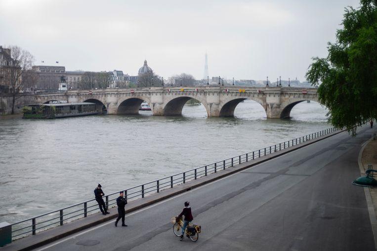 Geen auto's op de doorgaans drukke weg langs de Seine in Parijs. Beeld EPA