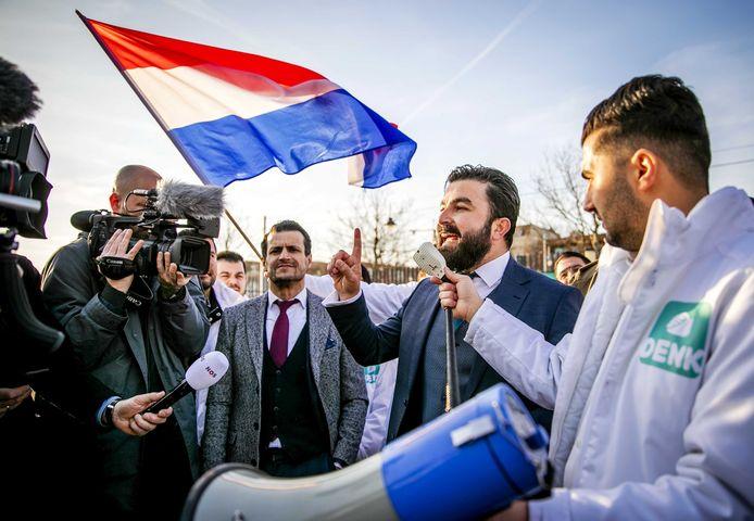Farid Azarkan (met grijze jas) en Selçuk Öztürk (sprekend in microfoon) eerder bij een manifestatie.