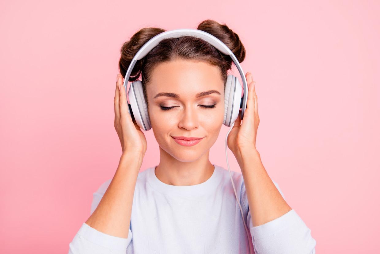 Luisteren naar een podcast kan perfect zijn om te ontspannen, of om iets nieuws te leren. Beeld Getty Images/iStockphoto