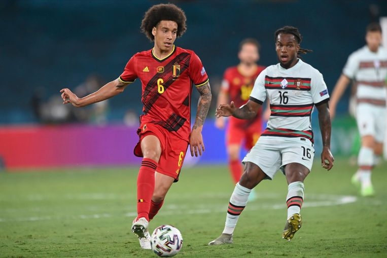 Axel Witsel (130 caps) tijdens de match tegen Portugal. Gemiddeld loopt een Rode Duivel op dit EK 9,85 kilometer per 90 minuten, wat meer is dan eender welke ploeg op het WK in 2018.   Beeld Photo News
