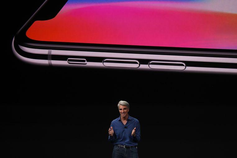 Apple-medewerker Craig Federighi bij de voorstelling van de nieuwste Apple-telefoon: de iPhone X. Beeld AFP