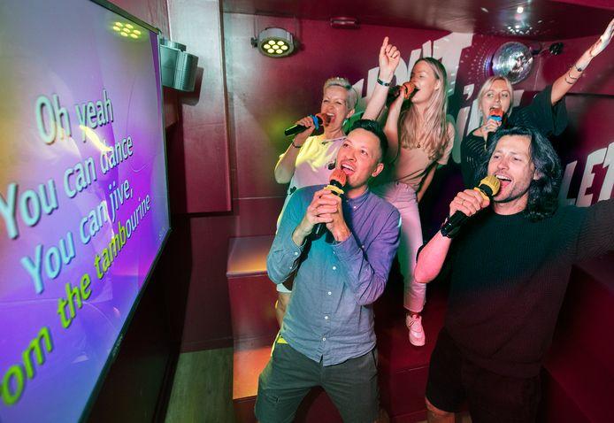 Karaoke bij Bleyenberg. Helemaal rechts staat Raoul Farla.