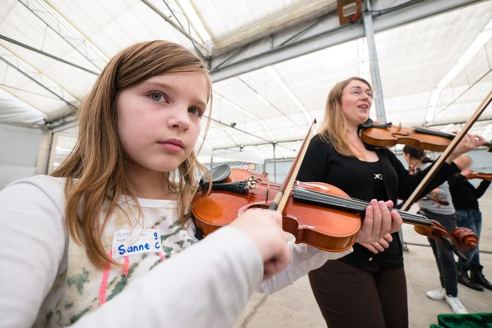 Violiste Annemarie van Prooijen geeft een workshop aan onder meer Sanne de Vries
