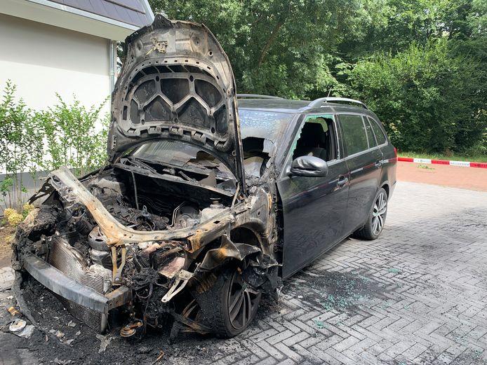 De uitgebrande auto van Johanneke Riphagen. Het was de zesde autobrand in Epe in korte tijd.