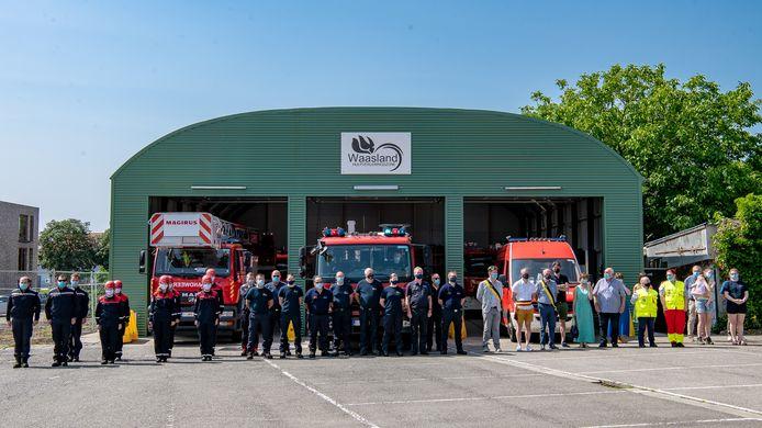 Aan de tijdelijke brandweerpost van Kruibeke loeiden de sirenes dinsdagmiddag een minuut lang, gevolgd door één minuut stilte.