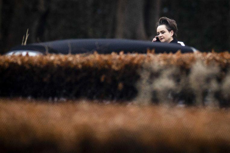Alexandra van Huffelen, staatssecretaris van Financiën, belt in de tuin van het Catshuis tijdens een overleg over het toeslagenrapport van de ondervragingscommissie.  Beeld ANP