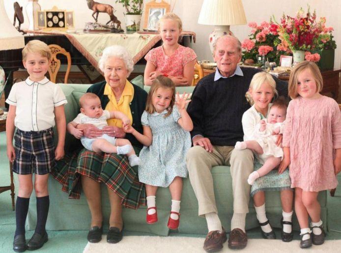 De Queen en prins Philip met hun achterkleinkinderen.